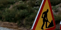 Closer image of the men working sign next to the road n1gm3rrug  f0000 - NewsNN.Ru